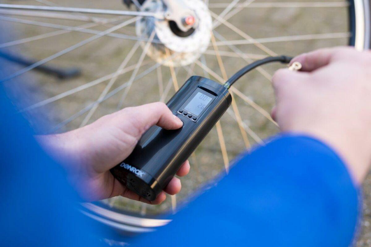 Aansluiten Donrox Ride F511 luchtpomp op fietsband