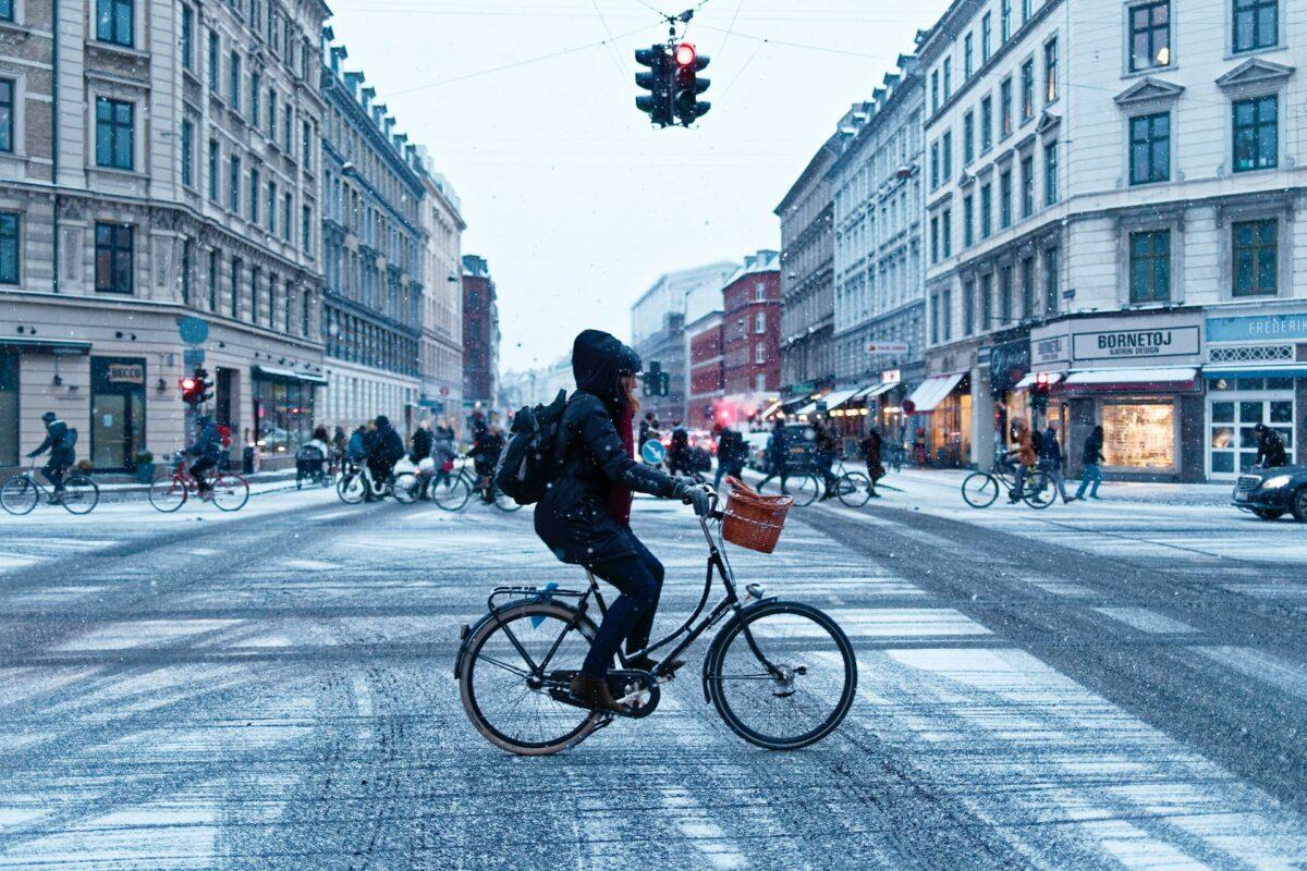 Fietsen in de winter door de stad